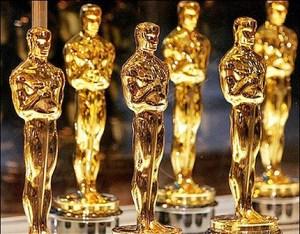 """Наградите са известни като """"Оскари"""" от името на наградата статуетка. Тя представлява фигура на изправен рицар, подпрян на меч. Не е съвсем ясно как наградата получава това име. Наградата на филмовата академия на САЩ (съкращавана като """"Награда на Академията""""), известна още като Оскар, е най-значимата филмова награда в САЩ и в Света. Тя се дава всяка година от Академията на филмовите изкуства и науки — професионална почетна организация, в която има близо 6000 гласуващи лица. Актьорите-членове имат най-голям дял в гласуването."""