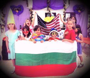 Oгромно българско знаме буквално закри американското, опънато на втория ред по време на последния учебен ден в българското училище в Лос Анджелес, в градчето Глендейл.