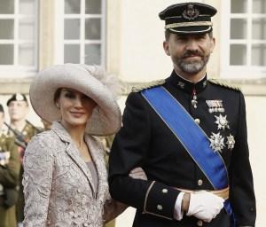 Принц Фелипе във военна униформа и съпругата му Принцеса Летисия в Люксембург на сватбата на Принц Джуилаум и Белгийската контеса Стефани де Ланои на 22 октомври 2012 г. Фото: spanishroyals.com