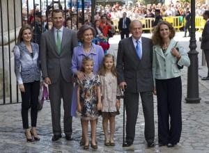 20 април 2014 г. Кралското семейство на Испания (от ляво) Принцеса Летисия, Принц Филип, дъщерите им София и Леонор, Кралица София (зад децата), Крал Хуан Карлос и Принцеса Елена на Великден в Палма де Майорка. Photo courtesy: AFP/Getty Images.
