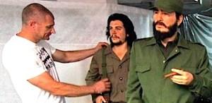 Цветан Атанаосв поправя униформата на Че Гевара в Ретро Музея във Варна. Цветан е роден във Варна на 18 януари 1970 г., бивш спортист.