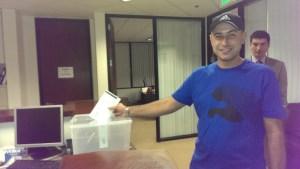 Росен Георгиев Начев (36) от Благоевград гласува първи в Ел Ей в 6:15 сутринта Фото: Евгени Веселинов, BulgariCA.com