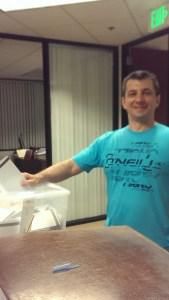 Стоян Костадинов Генов (39) от София бе последният българин, който гласува в света, в 7:10 вечерта в секцията в генералното консулство в Лос Анжелес. Фото Евгени Веселинов, BulgariCA.com