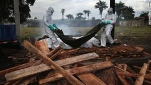 Екип на Либерийското министерство на здравеопазването приготвят тела на заразени с Ебола за изгаряне. Вирусът Ебола е открит за 1ви път в Заир (сегашно Конго) и в Южен Судан в Африка, кръстен на едноименната река там, по данни на Центровете за Контрол и Превенция на Заразите (Centers for Disease Control and Prevention). ФОТО Кредит: CNN, John Moore/Getty Images