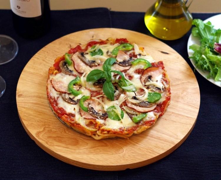 pizza-na-spodzie-z-makaronu