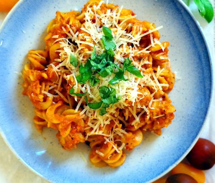 Makaron z sosem pomidorowo-paprykowym 2