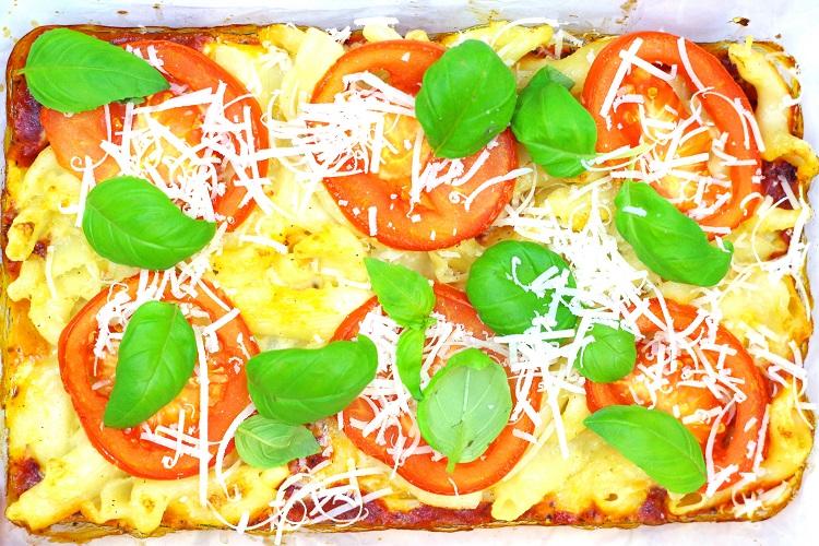 Zapiekanka makaronowo-serowa z pomidorami