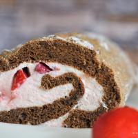 Feine Schokoroulade mit Erdbeer-Creme