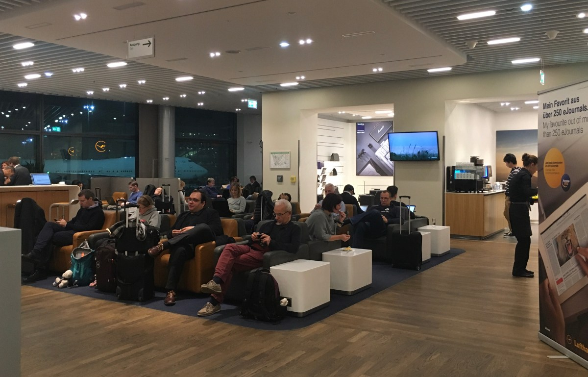 Austrian verkauft Zutritt zur Business Lounge an Economy Bewertung: Lufthansa Business Lounge Frankfurt A13 miles & more swiss austrian star alliance gold status frequent traveller ftl fra fraport business class first class