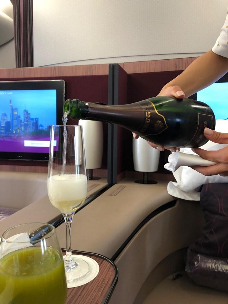 qatar airways first class airbus a380 doh doha fra frankfurt qr67 onboard bar krug champagne champagner