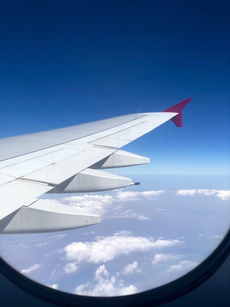 qatar airways first class airbus a380 doh doha fra frankfurt qr67 onboard bar flügel wing Reise um die Erde in 22 Tagen