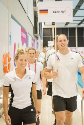 Jessica Luster und Danny Wieck beim Einmarsch der Nationen zur Eröffnung der Lifesaving-Wettbewerbe im Orbita Sports Center.