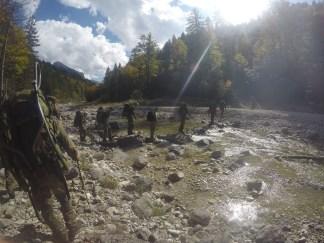 Nach dem anstrengenden Bergmarsch ist beim Überqueren eines Baches noch einmal Konzentration gefragt.