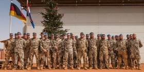 Soldaten des 14. Deutschen Einsatzkontingents MINUSMA treten zur Geschenkausgabe vor dem Christbaum an.