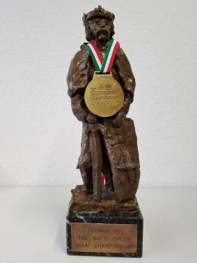 Die Wandertrophäe: König Knut mit Goldmedaille.