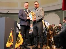 Oberbürgermeister Dr. Herbert Lackner überreichte dem Kommandeur des Gebirgsjägerbataillons 231, Oberstleutnant Dennis Jahn, das Stadtwappen zum 60-jährigen Jubiläum des Verbandes.