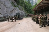 """Bei der Vorführung """"Fähigkeitsprofil Gebirgsjägerbrigade 23"""" bergen Gebirgsjäger einen verletzten Kameraden."""
