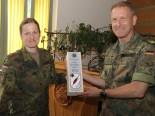 Major Jasmin Thierer übergibt stellvertretend für alle Lehrgangsteilnehmer Brigadegeneral Sembritzki ein Geschenk.