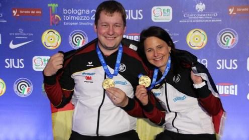 Die beiden besten deutschen Pistolenschützen vereint mit Gold: Christian Reitz und Monika Karsch.