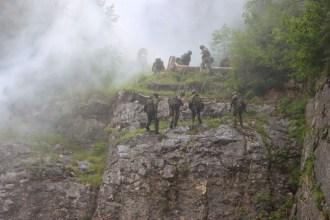 Die Gebirgsjäger präsentieren den schnellen Angriff von einer Felswand. (Foto: Bundeswehr/Tobias Jesse)