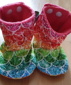 Rainbow stay-put boots with scales design