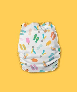 Nappy with light grey background with colourful flip-flops, ice lollies, cold drinks and sunglasses
