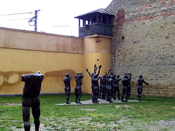 1997 Memorialul Sighet - Cortegiul Sacrificaților. Grup statuar din bronz de Aurel I. Vlad