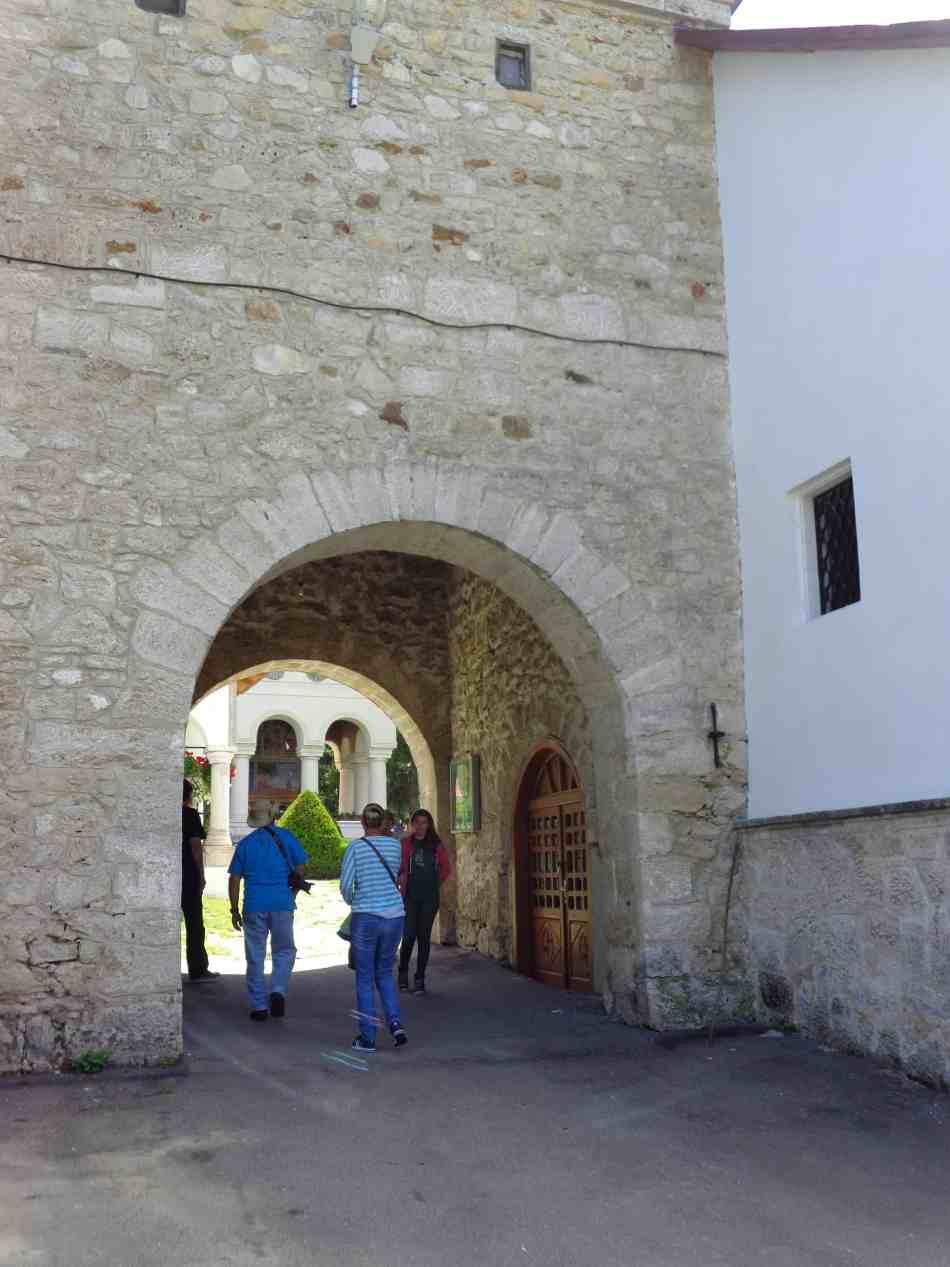 Intrarea în curtea mănăstirii