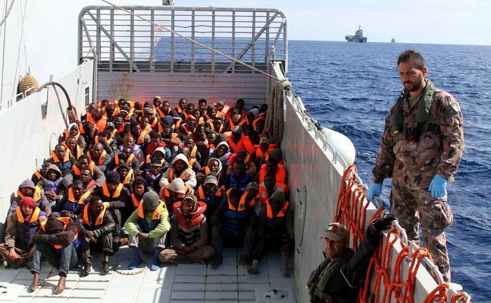 Operazioni di salvataggio a bordo della nave della Marina Militare 'San Giorgio' in una foto di archivio. ANSA/ MATTEO GUIDELLI