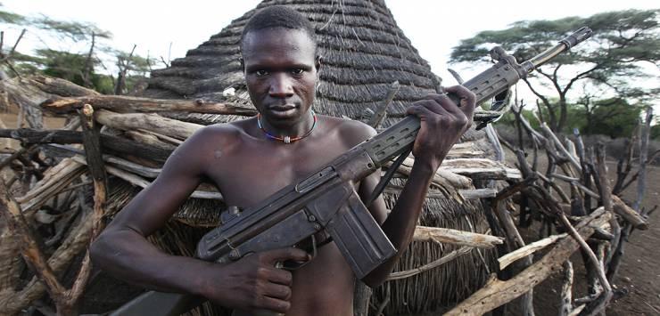 guerrigliero in un villaggio attaccato