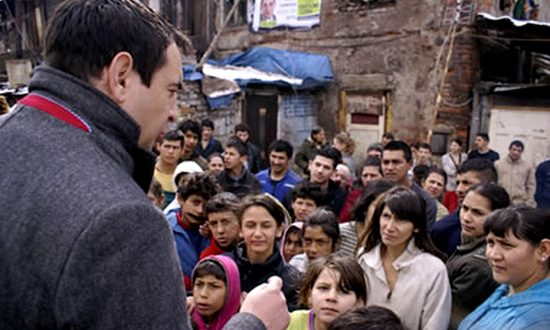 Peter Pollak in un campo rom (foto_ndi.org)