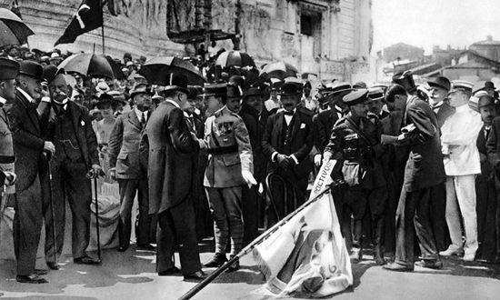 Stefanik (al centro) alla cerimonia di consegna della bandiera, Roma 24-5-1918