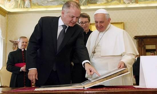papa-francesco-kiska_(Foto prezident.sk)