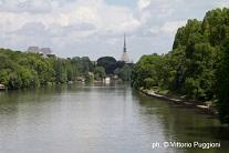 Mole sullo sfondo nel Parco del Po a Torino