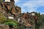 Alicudi roccia vulcanica verso la chiesa