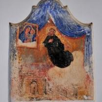 Casa-corte/part. dell'immagine di San Giuseppe da Copertino in estasi dipinta accanto alla porta d'ingresso