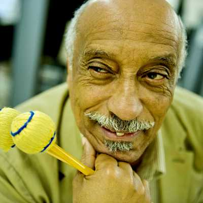 Mulatu_Astatke_Pose_with_drum_sticks
