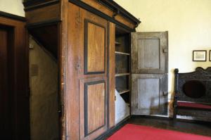 Der Gerichtsraum der Burg verfügt über einen durch einen Schrank verdeckten Zugang (Museum Burg Posterstein)