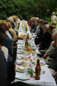 Eine lange Tafel ludt mehr als 70 geladene, internationale Gäste zum Picknick im Park des Schlosses Tannenfeld, das einmal der Herzogin Dorothea von Kurland gehörte.