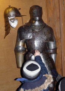 Die Ritterrüstung zeugt von vergangenen Zeiten.
