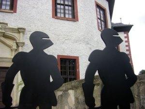Zwei schwarze Ritter vor dem Eingang der Burg Posterstein.