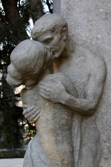 Der Kuss - Grabskulptur der Liebenden
