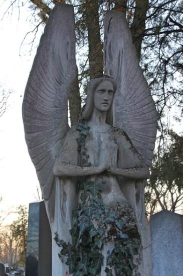 Schöne Friedhofsskulptur auf dem alten Friedhof in Wien
