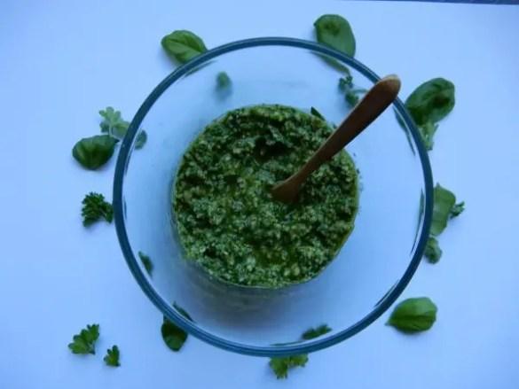 groene pesto met basilicum en peterselie