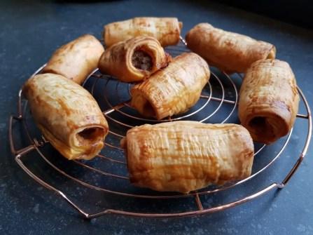 Pittige gehaktbroodjes met bladerdeeg uit de oven recept