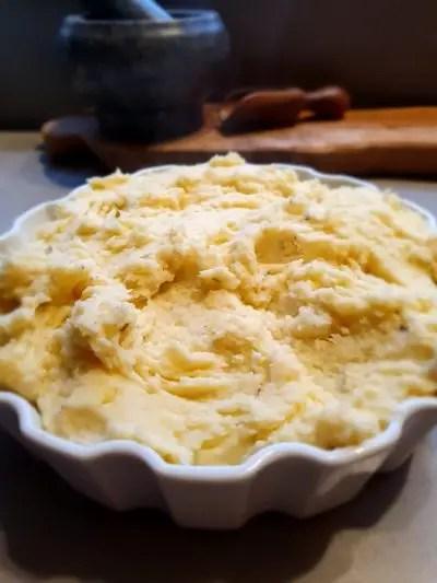 Recept aardappelpuree met pastinaak, romige pastinaakpuree met aardappel en roomkaas. zonder pakjes en zakjes