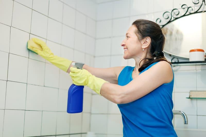 Nettoyer les carrelages muraux de vos salles de bains efficacement