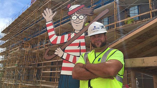 Pedreiro esconde Wally para que crianças de hospital em frente possam encontrá-lo 20