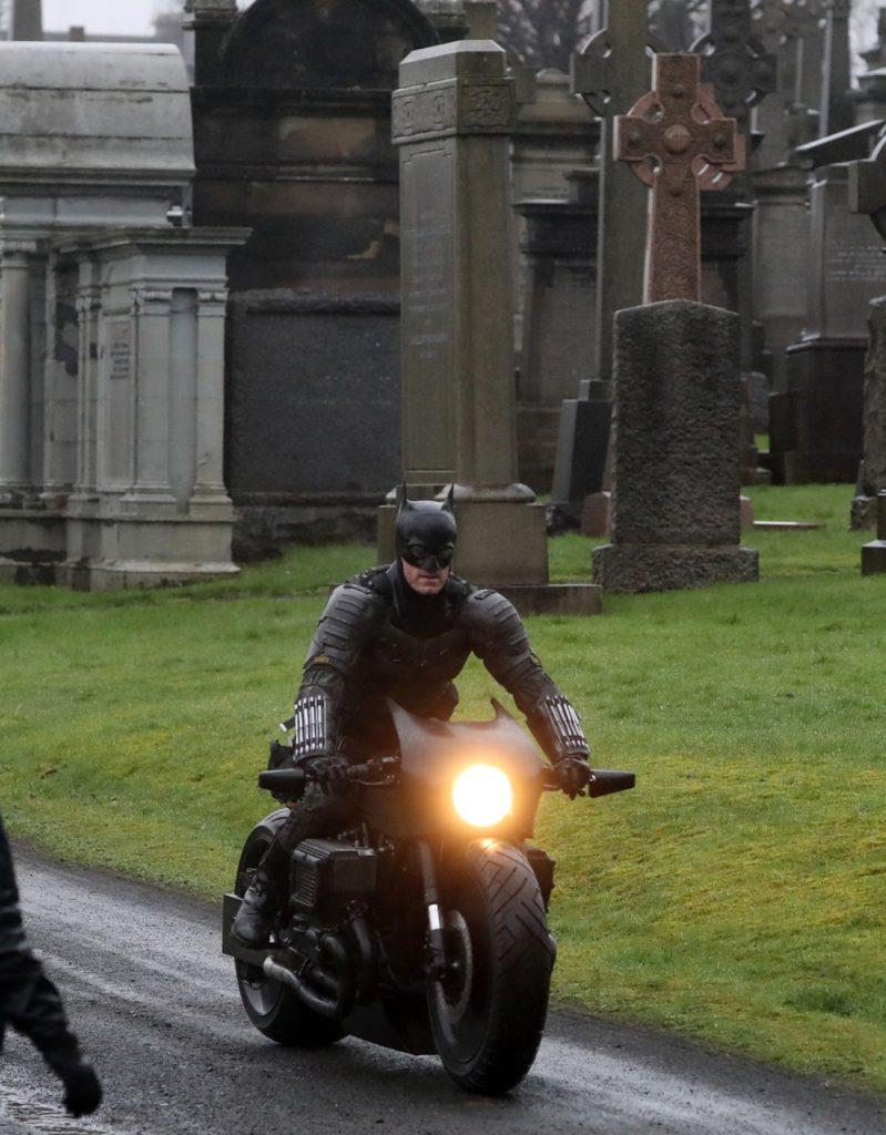 Dublê de Robert Pattinson revela traje do Batman no set em Glasgow! 17