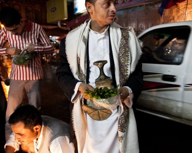 August 2010 – Sana'a – A man with a handful of qat choosing the best quality.